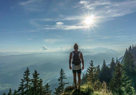 hiker-918473_1920